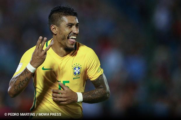 O bom momento na seleção brasileira pode fazer Paulinho retornar ao futebol  europeu. O meia teria sido sondado por Barcelona e Bayern de Munique 7ddda143f0f3c