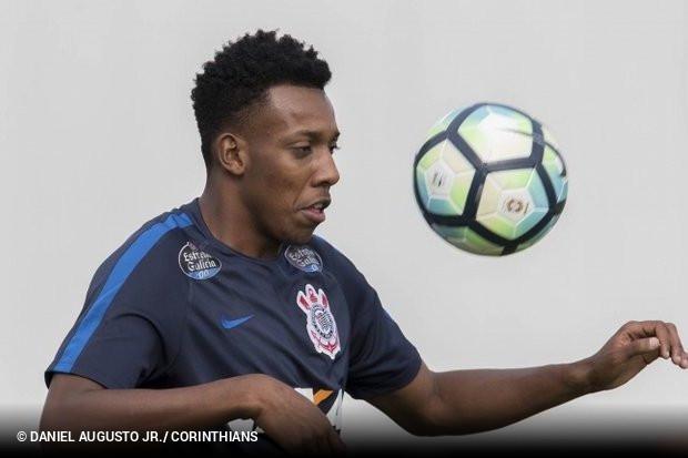 Moisés está trocando o Corinthians pelo Botafogo. O lateral esquerdo é  aguardado em General Severiano para passar pelos exames médicos de rotina  antes de ... a802d167ab8e1
