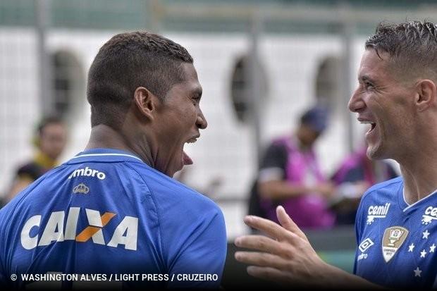 Raniel marca e Cruzeiro se segura com um a menos para bater Atlético ... 06affb6eea4c2