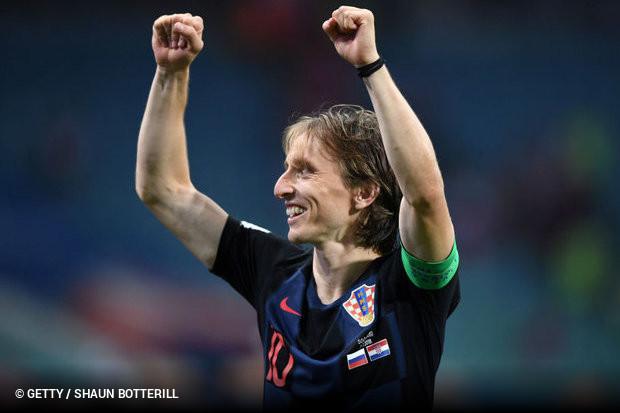 f7f8549c67158 E2. Luka Modric não levou o troféu de campeão mundial para casa, mas ao  menos não voltará de mãos vazias. O craque croata venceu o prêmio de melhor  jogador ...