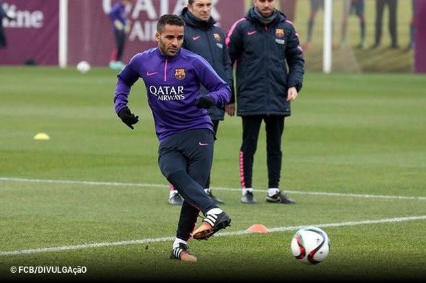 Barcelona empresta Douglas para time turco    ogol.com.br 572a51b1405c5