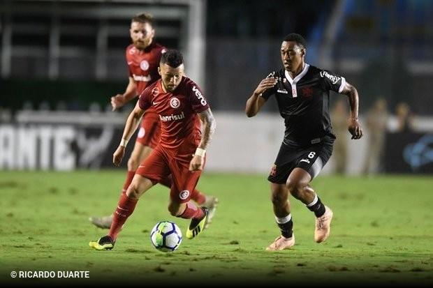 99713330ef Um gol de pênalti de Maxi López já nos acréscimos evitou a derrota do Vasco  para o Internacional