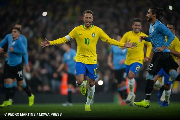 a39ac95ad5 Com gol de pênalti de Neymar em lance contestado pelos uruguaios